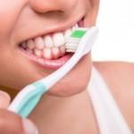 ¿Te duelen los dientes durante el cepillado? Origen y pautas para evitar el dolor dental